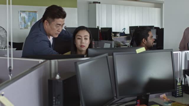 vídeos y material grabado en eventos de stock de supervisor de control de sus colegas en el escritorio de oficina - cube