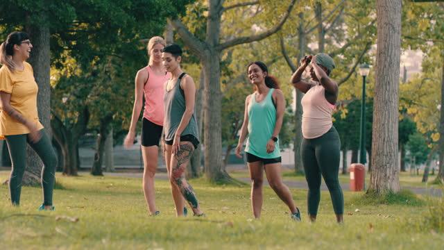 ein unterstützendes team ist ein starkes team - fitnesskurs stock-videos und b-roll-filmmaterial