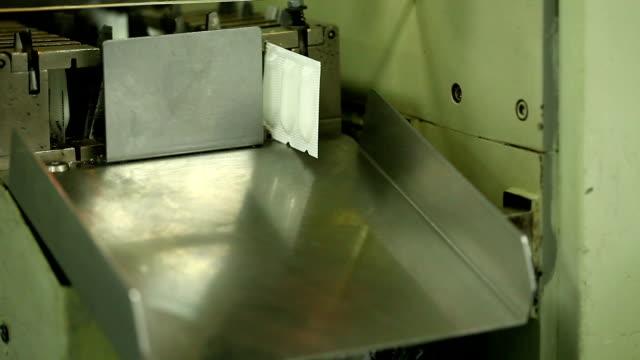 stockvideo's en b-roll-footage met suppositories wrapped in plastic - doordrukstrip