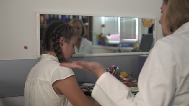 vídeos de stock, filmes e b-roll de surdopedagogs realiza aulas com adolescente - surdo