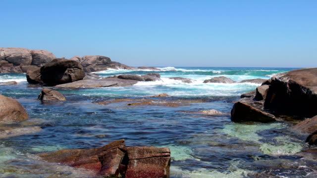 stockvideo's en b-roll-footage met surfen in een rotsachtige baai bij leeuwin naturalisme nationaal park, western australia - leeuwin