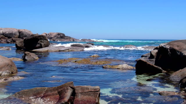 stockvideo's en b-roll-footage met surfen in een rotsachtige baai. indische oceaan, west-australië - leeuwin