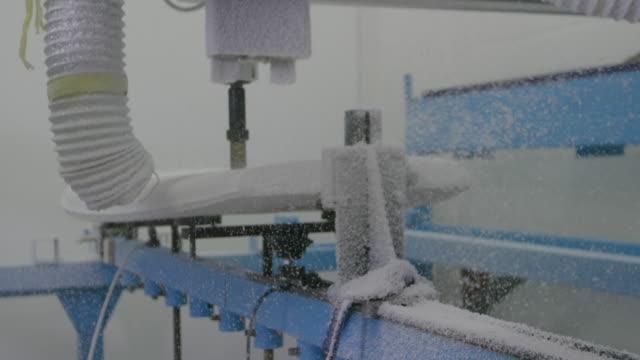 stockvideo's en b-roll-footage met surfplank wordt gevormd door een machine in een werkplaats - sportartikelen