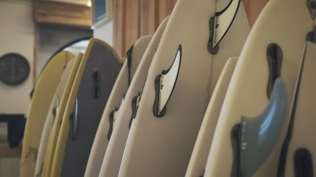 サーフボードインショップインサンセバスチャン - スポーツ用品点の映像素材/bロール