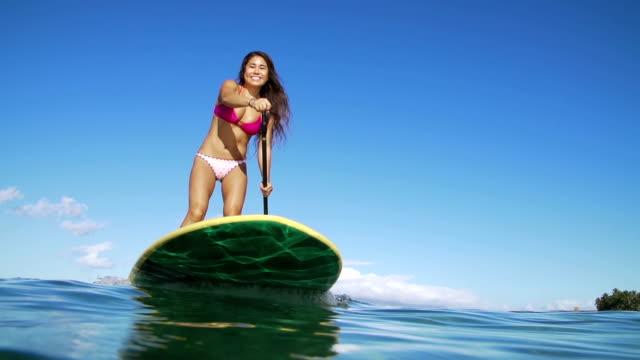 サーファーガールスタンドアップパドルの夏の一日 ビデオ