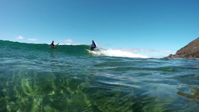 stockvideo's en b-roll-footage met slow motion onderwater: surfer rijden grote golf in zonnige zomer - paddle