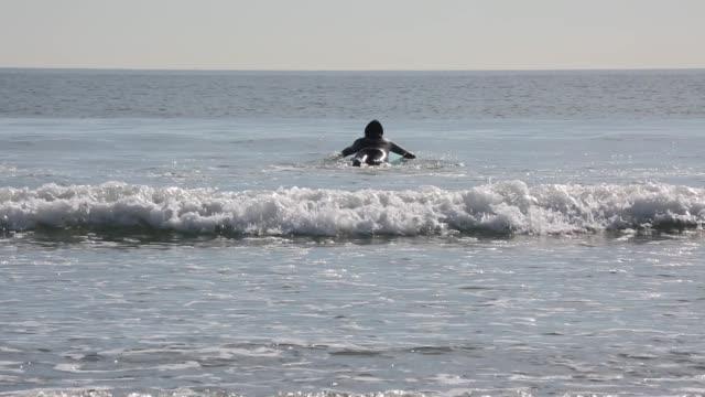 바다에 서퍼 타고 파도 - 한 명의 중년 남자만 스톡 비디오 및 b-롤 화면