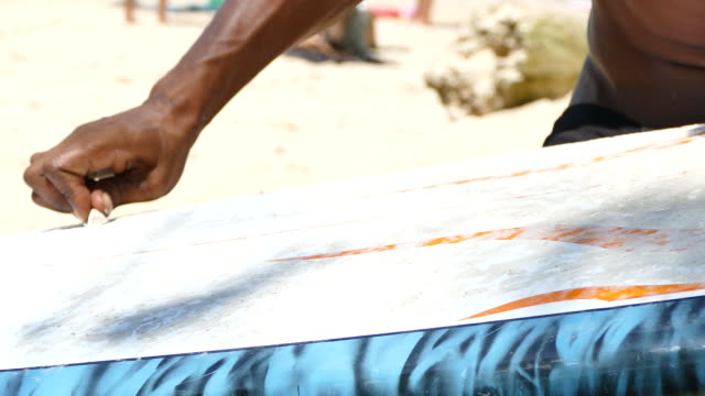 waxing board surfen surfer - wachs epilation stock-videos und b-roll-filmmaterial