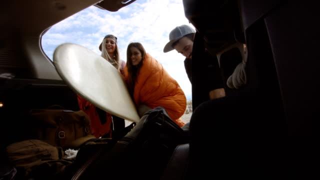 vídeos de stock e filmes b-roll de surfers packing car trunk 4k - mochila saco