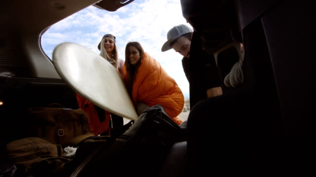 stockvideo's en b-roll-footage met surfers verpakking auto kofferbak 4k - ingepakt