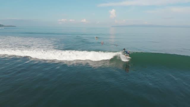 surfing in costa rica - pantaloncini video stock e b–roll