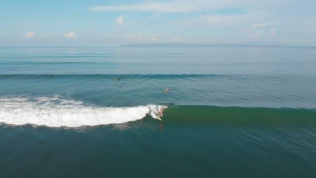 surfing in costa rica - lungo video stock e b–roll