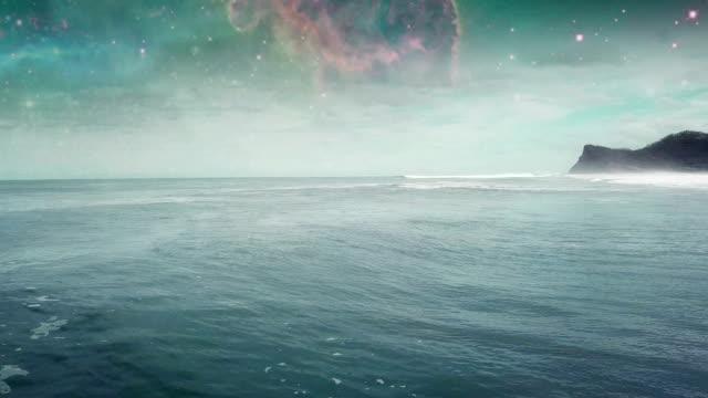 vídeos de stock e filmes b-roll de surfing in the ocean. sun reflecting in waves. surreal sky - surrealismo