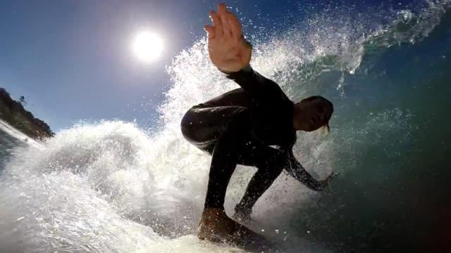 サーフィン、太陽の下で - サーフィン点の映像素材/bロール