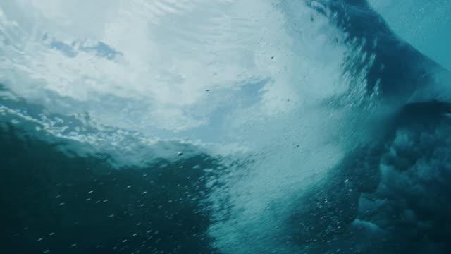 stockvideo's en b-roll-footage met surf silhouetten - ocean under water