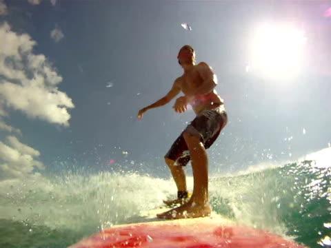 vídeos de stock, filmes e b-roll de de surfe  - equipamento de esporte aquático