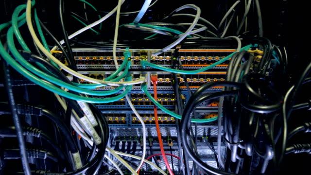 vídeos y material grabado en eventos de stock de mueble de centro de datos protegidos con interruptores de la oleada. - tablón