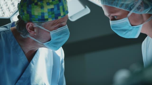 外科醫生與icu女護士討論 - surgeon 個影片檔及 b 捲影像