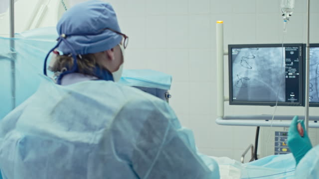 vídeos de stock, filmes e b-roll de cirurgião executar bypass enxerto - marcapasso cirurgia cardíaca