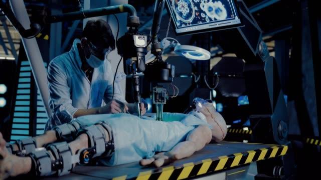 vídeos y material grabado en eventos de stock de el cirujano realiza la operación en el laboratorio espacial. el joven doctor lleva a cabo un experimento sobre alien. - autopsia