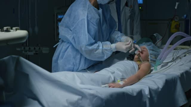 ds kirurg förbereda mekaniska ventilationen för en barn-patient - intensivvårdsavdelning bildbanksvideor och videomaterial från bakom kulisserna