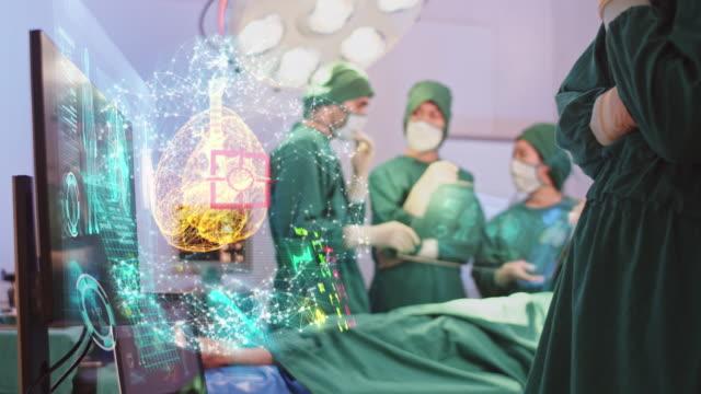 vídeos de stock, filmes e b-roll de cirurgiões usando interface de tela virtual moderna holograma sistema respiratório na sala de cirurgia, inovador e futuro da tecnologia médica e de saúde - holograma