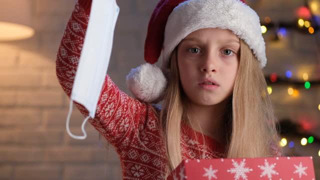 chirurgische maske weihnachtsgeschenk - negativ bildart stock-videos und b-roll-filmmaterial