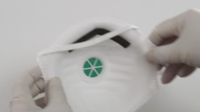 vídeos y material grabado en eventos de stock de mascarilla quirúrgica (surgical mask) máscara de la cara ? guante - shield