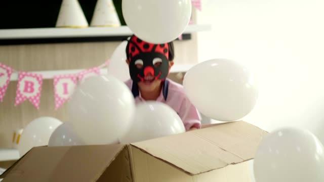 überraschung des verstecken junge mit geburtstags-party - menschlicher kopf stock-videos und b-roll-filmmaterial