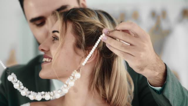 stockvideo's en b-roll-footage met verrassing - halsketting