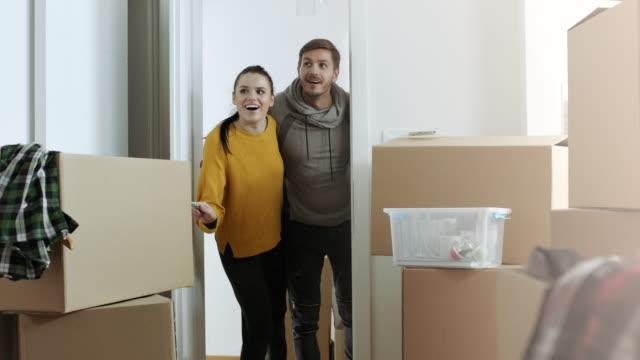 überrascht paar mit ihrer neuen wohnung - neues zuhause stock-videos und b-roll-filmmaterial