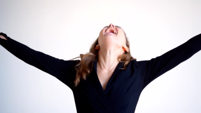 행복을 표현 하는 놀된 여자 - surprise 스톡 비디오 및 b-롤 화면