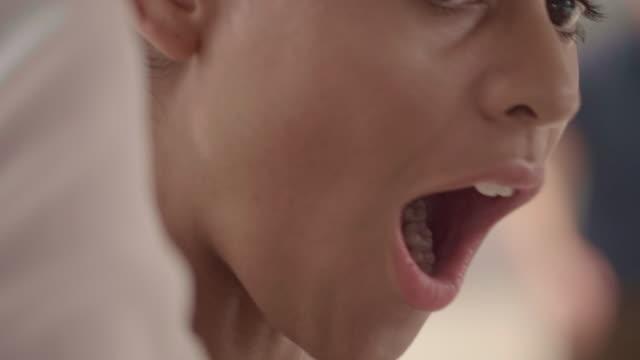 놀란 젊은 여자 - surprise 스톡 비디오 및 b-롤 화면