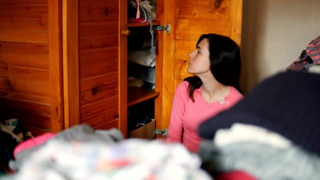 vídeos de stock e filmes b-roll de surrounded by messy wardrobe - arranjo