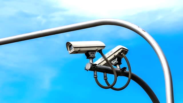 telecamera di sorveglianza contro il cielo blu - asta oggetto creato dall'uomo video stock e b–roll