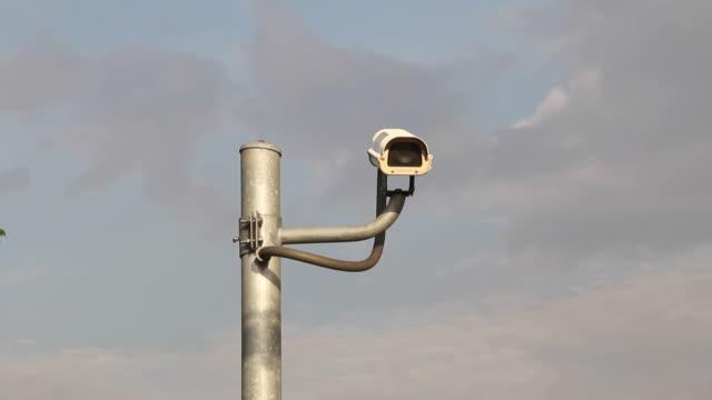 telecamera di sorveglianza e il cielo azzurro. - asta oggetto creato dall'uomo video stock e b–roll