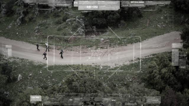 vidéos et rushes de surveillance caméra drone vue de l'escouade terroriste marchant avec des armes - armement