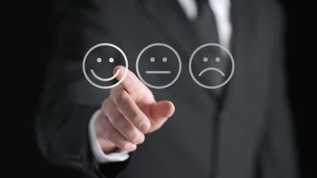vídeos de stock, filmes e b-roll de pesquisa, dando feedback, questionário de pesquisa e conceito de experiência do cliente. homem de negócios empurre tela de toque digital para dizer opinião positiva, classificação ou revisão. - questionário