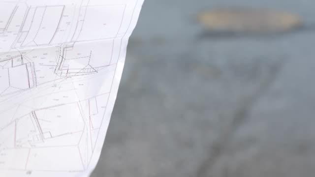 surveyor håller kartan med boendet skiljelinjer - land geografiskt område bildbanksvideor och videomaterial från bakom kulisserna
