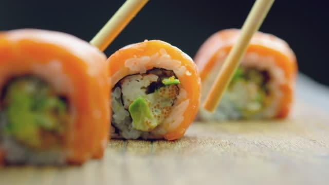 sushi schwarzen hintergrund - sushi stock-videos und b-roll-filmmaterial