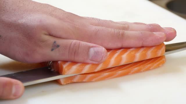 Sushi cortar un filete de salmón con estilo japonés - vídeo