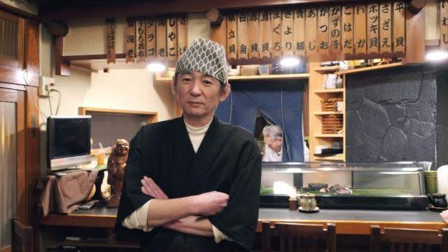 小さな東京レストランの寿司シェフ - 料理人点の映像素材/bロール