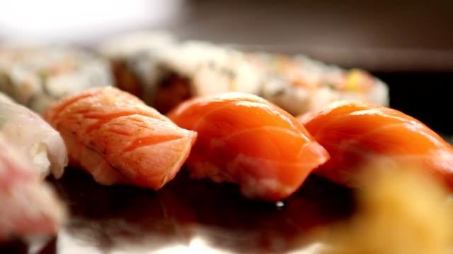 寿司プレート。さまざまな寿司のマクロ撮影 ビデオ
