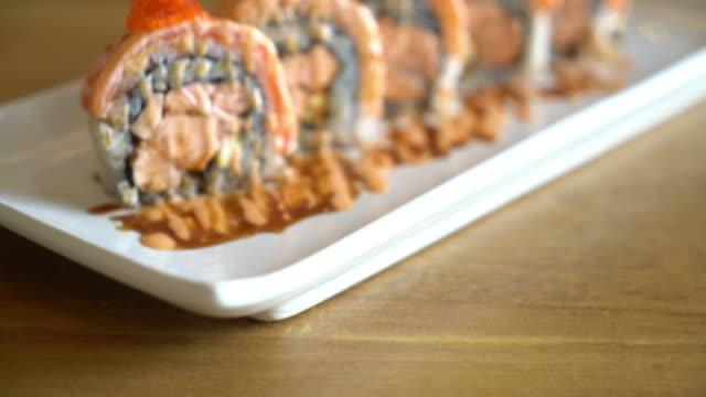 sushi-rolle mit lachs - japanisches essen stock-videos und b-roll-filmmaterial