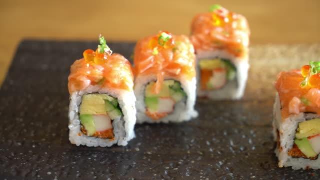 vídeos de stock, filmes e b-roll de rolo de sushi com salmão - sushi