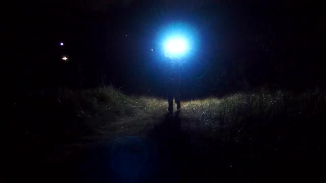 vidéos et rushes de suspect pourchassé par la lumière - course poursuite