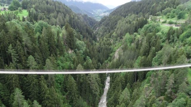 Suspension bridge Fürgangen Mühlebach Puente colgante de Mühlebach, en la zona de Fiesch en Suiza, debajo del glaciar Aletch suspension bridge stock videos & royalty-free footage