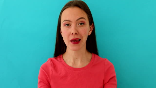 verdächtige frau spricht und gestikuliert - storytelling videos stock-videos und b-roll-filmmaterial