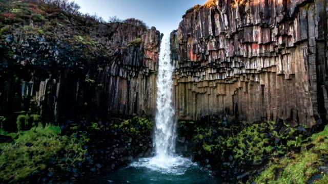замедленная съемка: водопад свартифосс исландия - водопад стоковые видео и кадры b-roll