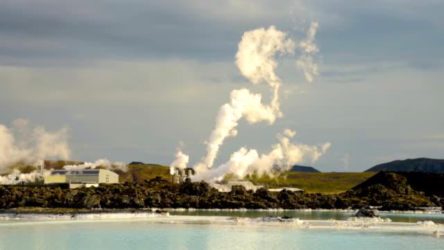 geothermalkraftwerk svartsengi in island, in der nähe der blauen lagune - wasserstoff stock-videos und b-roll-filmmaterial